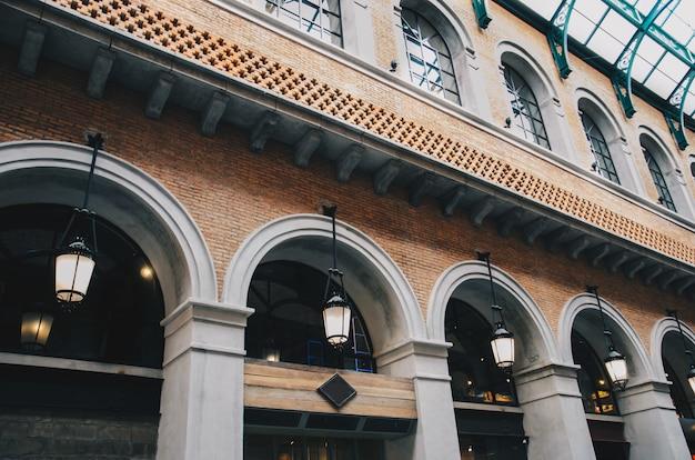 Edificio de ladrillos vintage con lámpara colgante