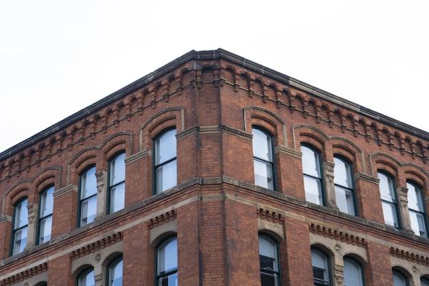 Edificio marrón bajo el cielo nublado