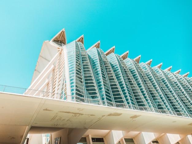 Edificio marrón de gran altura de vidrio