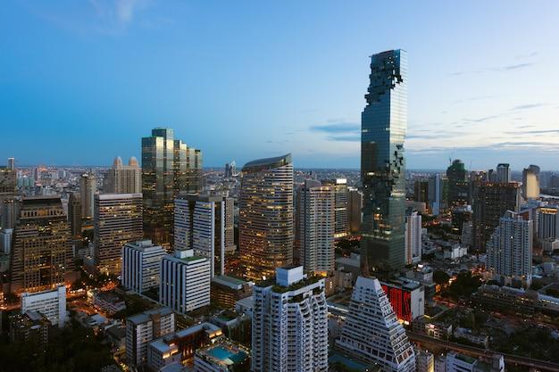 Edificio moderno de bangkok en el distrito de negocios de la ciudad de bangkok