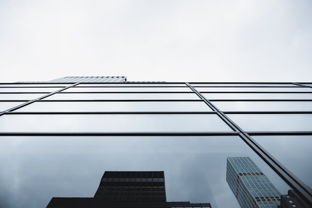Edificio moderno de cristal con reflejos.