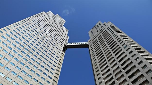 Edificio moderno con escalera