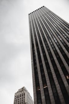 Edificio moderno en el espacio urbano de ángulo bajo