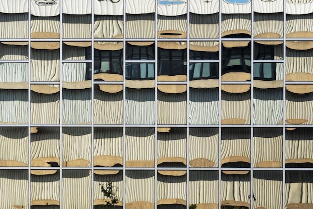 Edificio moderno con giros arquitectónicos abstractos que lo hacen parecer una obra de arte.