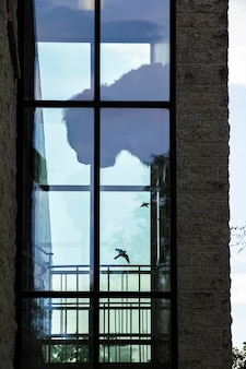 Edificio moderno de ladrillo con ventana grande