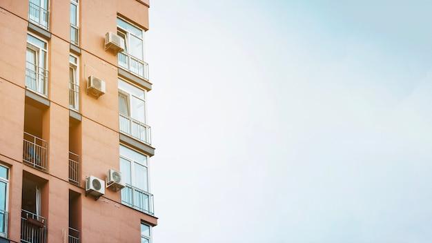 Edificio moderno a la luz del sol