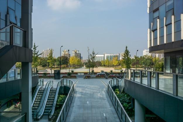 Edificio moderno de negocios de la ciudad y terreno vacío