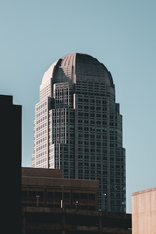 Edificio moderno de negocios de gran altura tocando el cielo