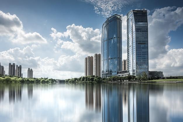 Edificio moderno de negocios junto al pequeño lago