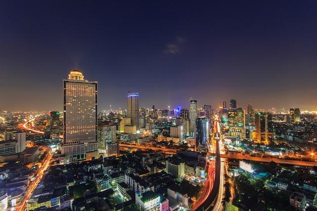 Edificio moderno en la orilla del río en la escena del crepúsculo en bangkok