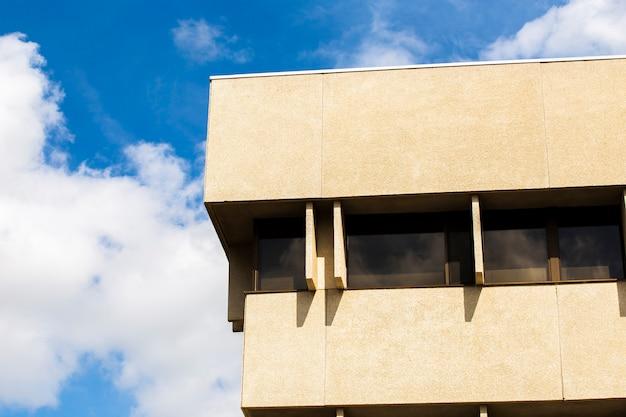 Edificio moderno de piedra con ventanas.