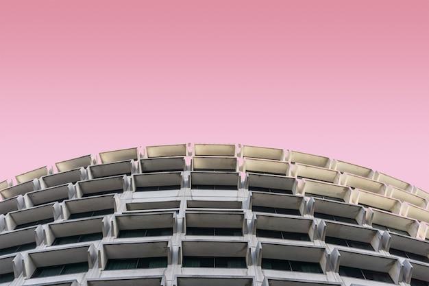 Edificio moderno sobre un fondo rosa