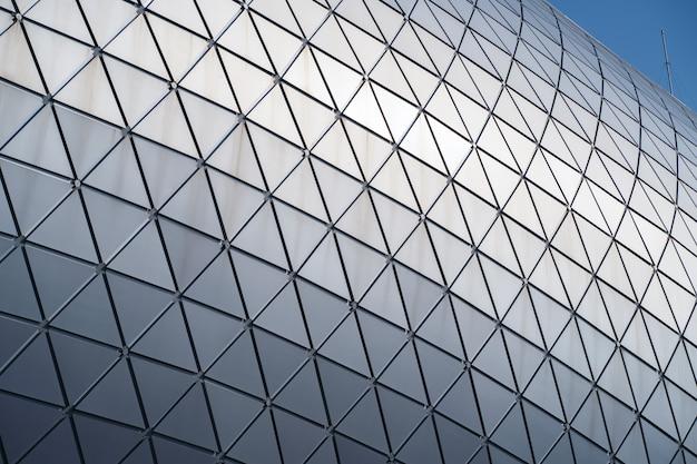Edificio moderno con techo curvo y columna de acero de vidrio.