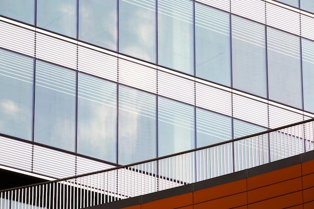 Edificio moderno con ventanas cerca de la baranda.