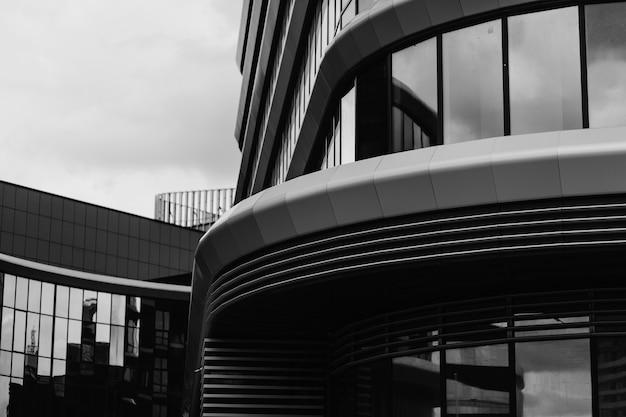 Edificio monocromático moderno con curva