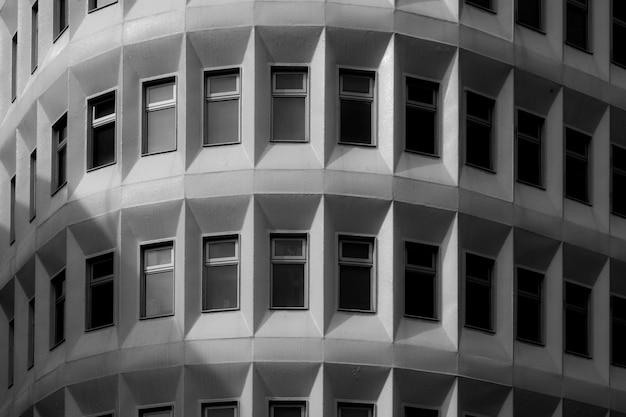 Edificio monocromático con ventanas.