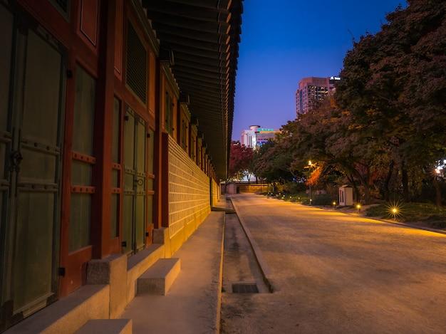 Edificio nacional coreano con pasarela en la noche