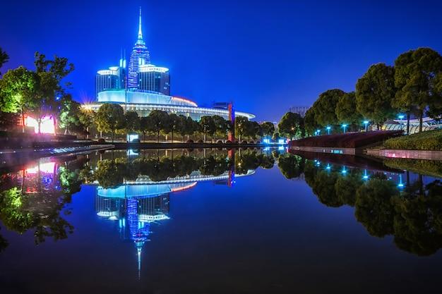 Edificio en la noche