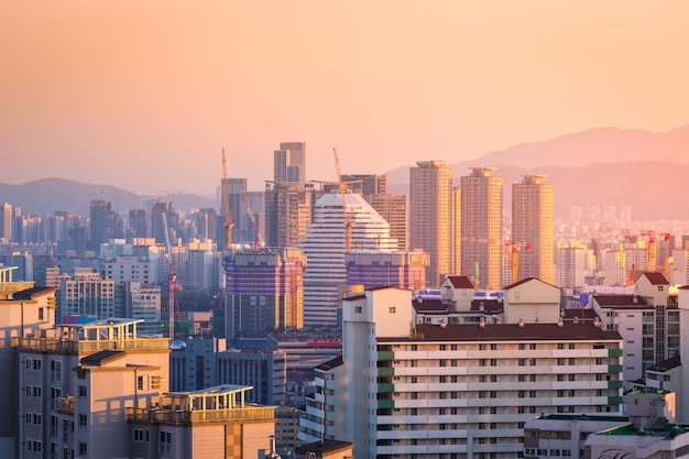 Edificio o condominio en el área de seúl con la montaña bukhansan detrás, seúl, corea del sur.