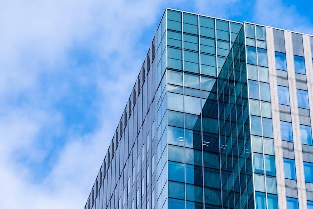 Edificio de oficinas de arquitectura hermosa con forma de ventana de vidrio