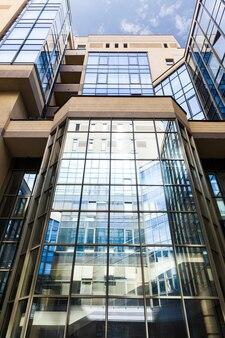 Edificio de oficinas de cerca con grandes ventanales