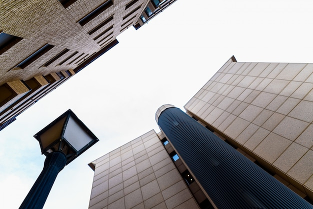 Edificio de oficinas frente a apartamentos residenciales, separados por una farola.