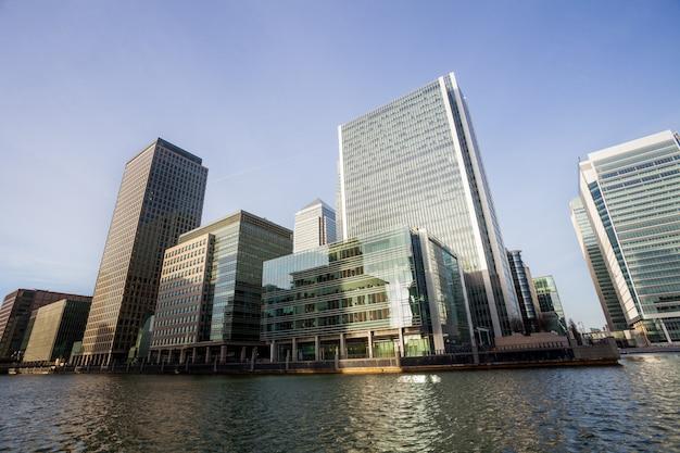 Edificio de oficinas de londres paisaje urbano por concepto de negocio