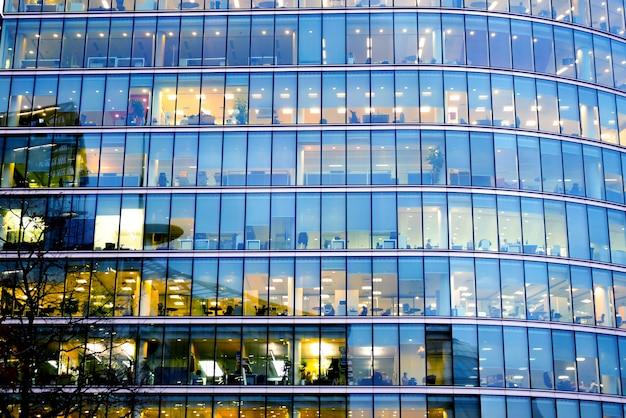 Edificio de oficinas en londres rascacielos, trabajo y reunión