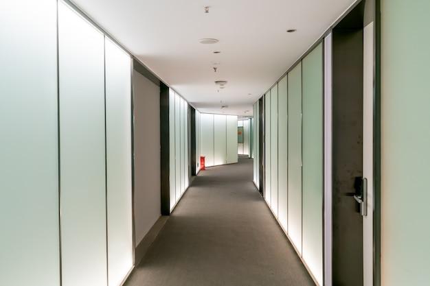 Un edificio de oficinas moderno con puertas y ventanas de vidrio.