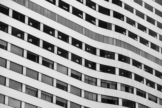 Edificio de oficinas de rascacielos en la ciudad. empresa sede de la organización. construcción inmobiliaria y corporativa. edificio residencial de varios pisos. edificio de hormigón y cristal.