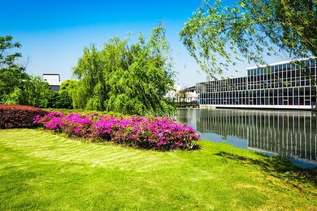 Edificio de oficinas con río