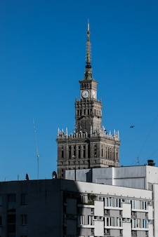 Edificio del palacio de la cultura con arquitectura moderna en varsovia, polonia