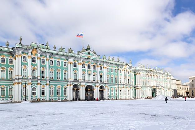 Edificio del palacio de invierno museo del hermitage en la plaza del palacio en la nieve helada día de invierno en san petersburgo, rusia