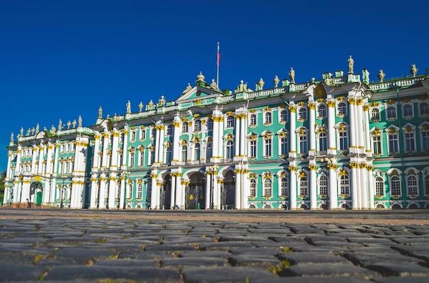 Edificio del palacio de invierno de san petersburgo que alberga el museo del hermitage.