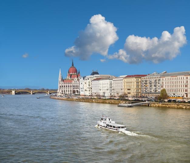 Edificio del parlamento en budapest, hungría, en un día soleado