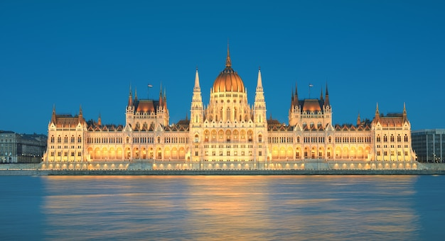 Edificio del parlamento en budapest, hungría en luces de la tarde