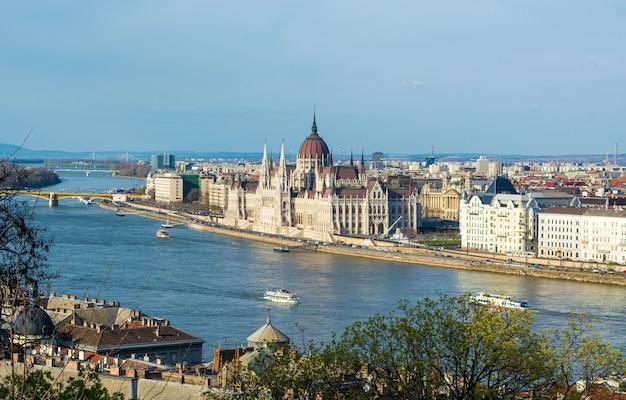 El edificio del parlamento en budapest, hungría