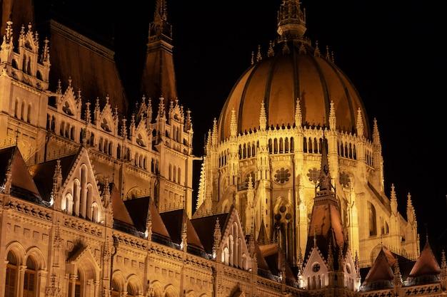 Edificio del parlamento húngaro en la ciudad de budapest.