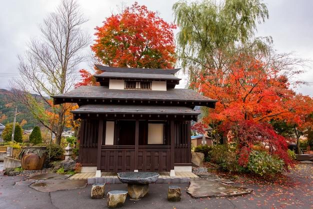 Edificio en el parque de otoño en kawaguchiko