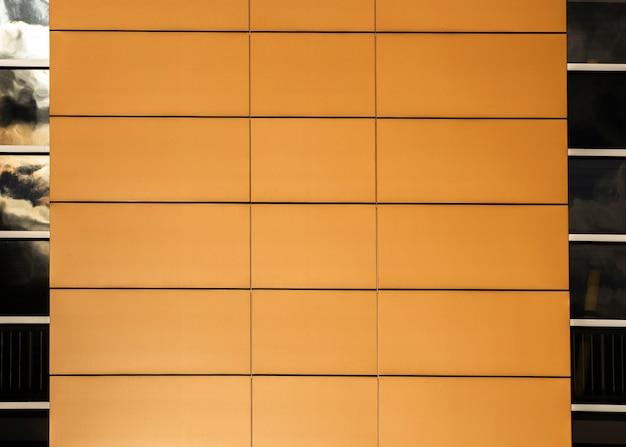Edificio de primer plano con superficie ordenada y ventanas