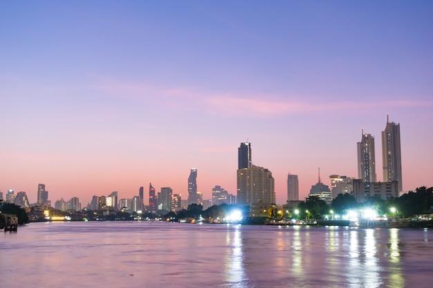 Edificio y rascacielos de la ciudad de bangkok.