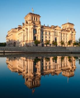El edificio del reichstag reflejado en el río.