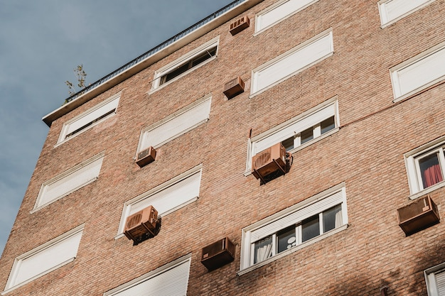 Edificio residencial en la ciudad con unidades de aire acondicionado