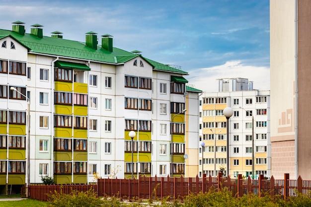 Edificio residencial moderno de varios pisos. construcción de viviendas. fondo residencial. préstamos hipotecarios para familias jóvenes.