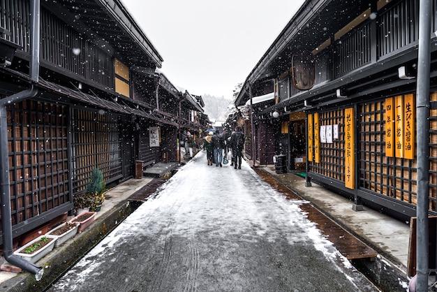 Edificio takayama de invierno y calle antigua.