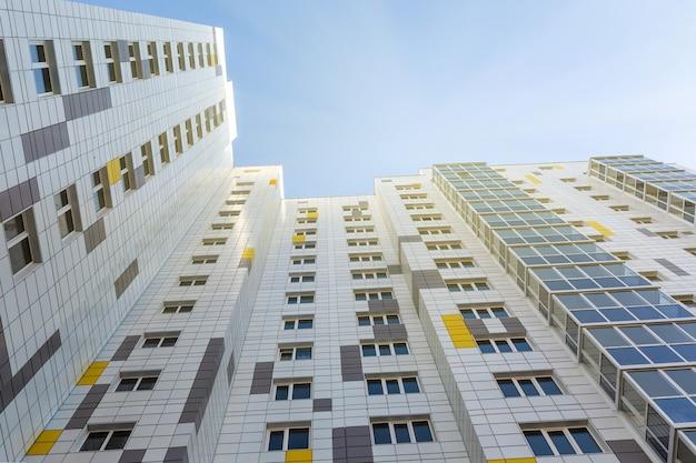 Un edificio típico de varios pisos con fachada ventilada