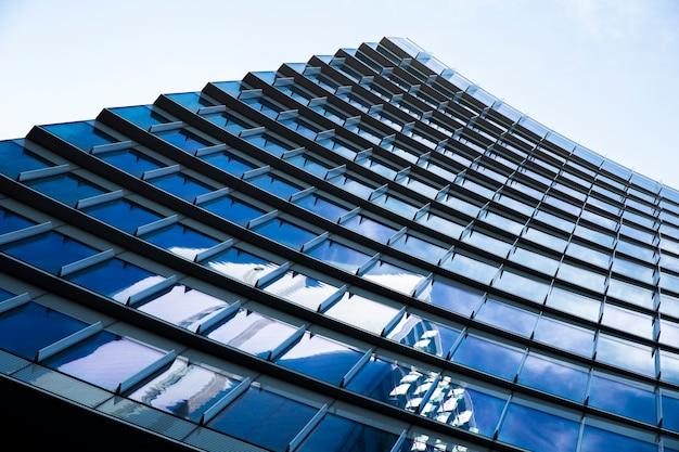 Edificio urbano moderno de bajo ángulo