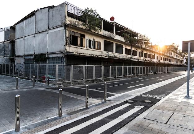 Edificios abandonados por un carril bici.