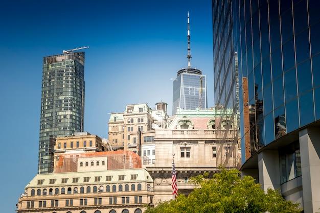 Edificios altos, modernos y envejecidos en nueva york, ee.uu.