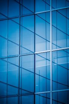Edificios altos en tono azul